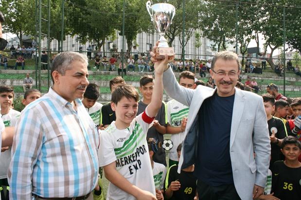 Başkan Köken, şampiyon takıma kupasını verdi